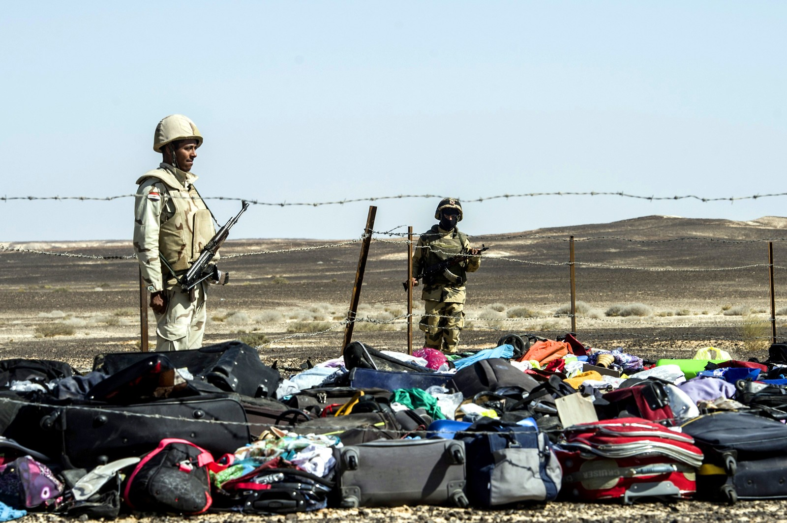 Egyptiske soldater holder vakt ved siden av bagasjen til passasjerene som omkom under styrten.