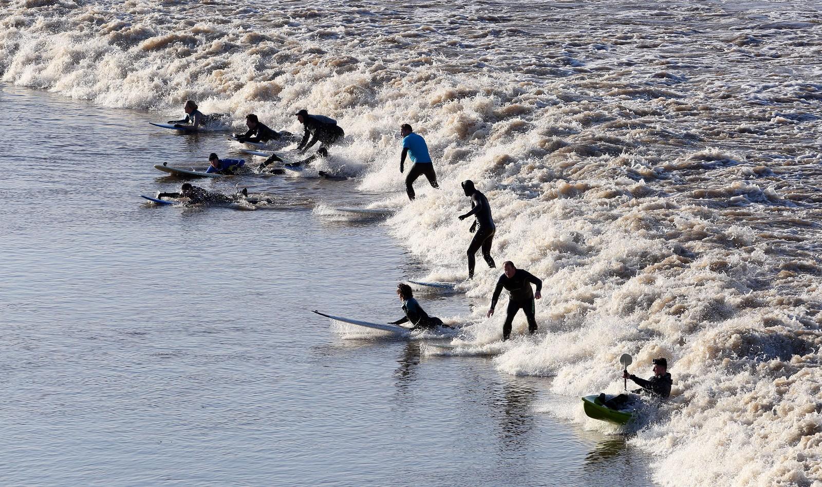 Surfere benyttet seg av sjansen til å få en uvanlig god bølge på grunn av solformørkelsen.