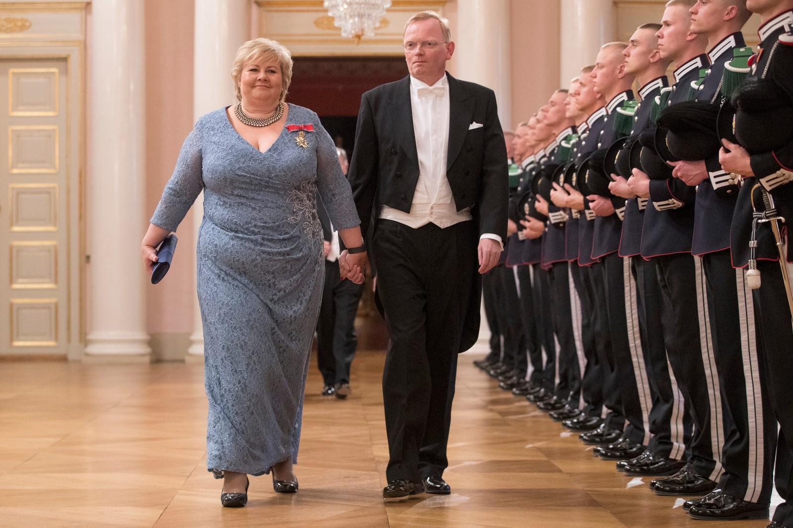 Gallamiddag på Slottet i anledning kongeparets 80-årsfeiring. Statsminiser Erna Solberg og ektemannen Sindre Finnes på vei inn til gallamiddag i anledning kongeparets 80-årsfeiring. POOL.