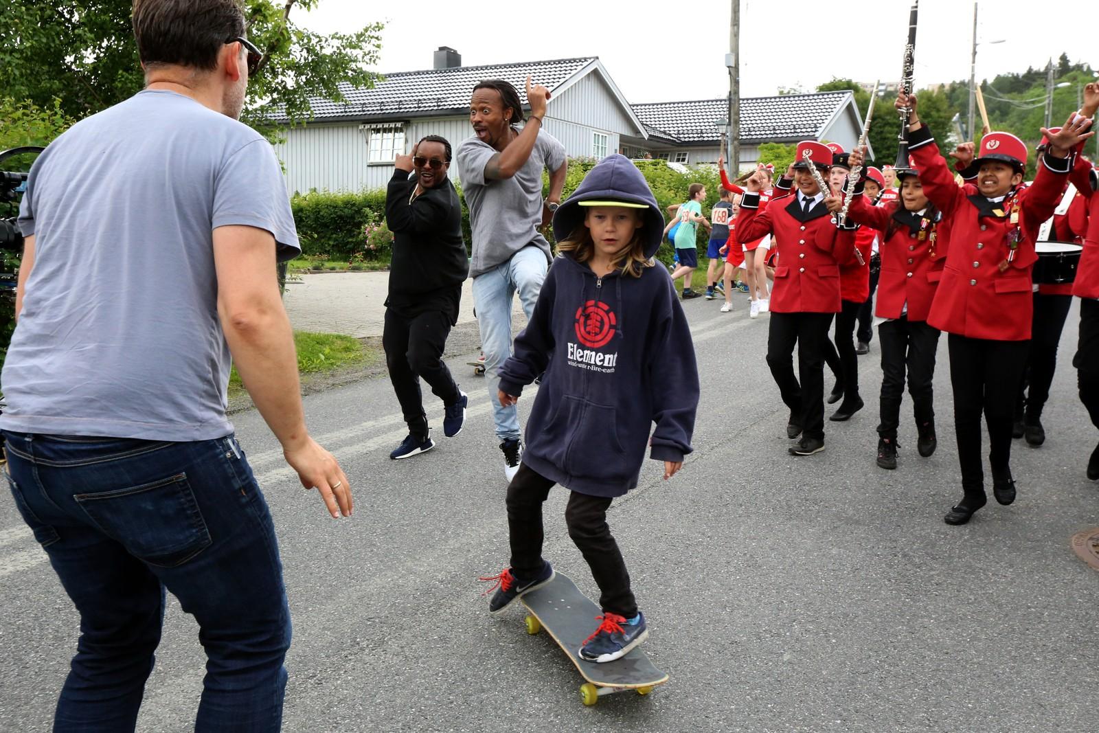 BRETTKONTROLL: Madcon-gutta danser seg gjennom gatene på Rommen, ledsaget av korps, cheerleadere og skatere.