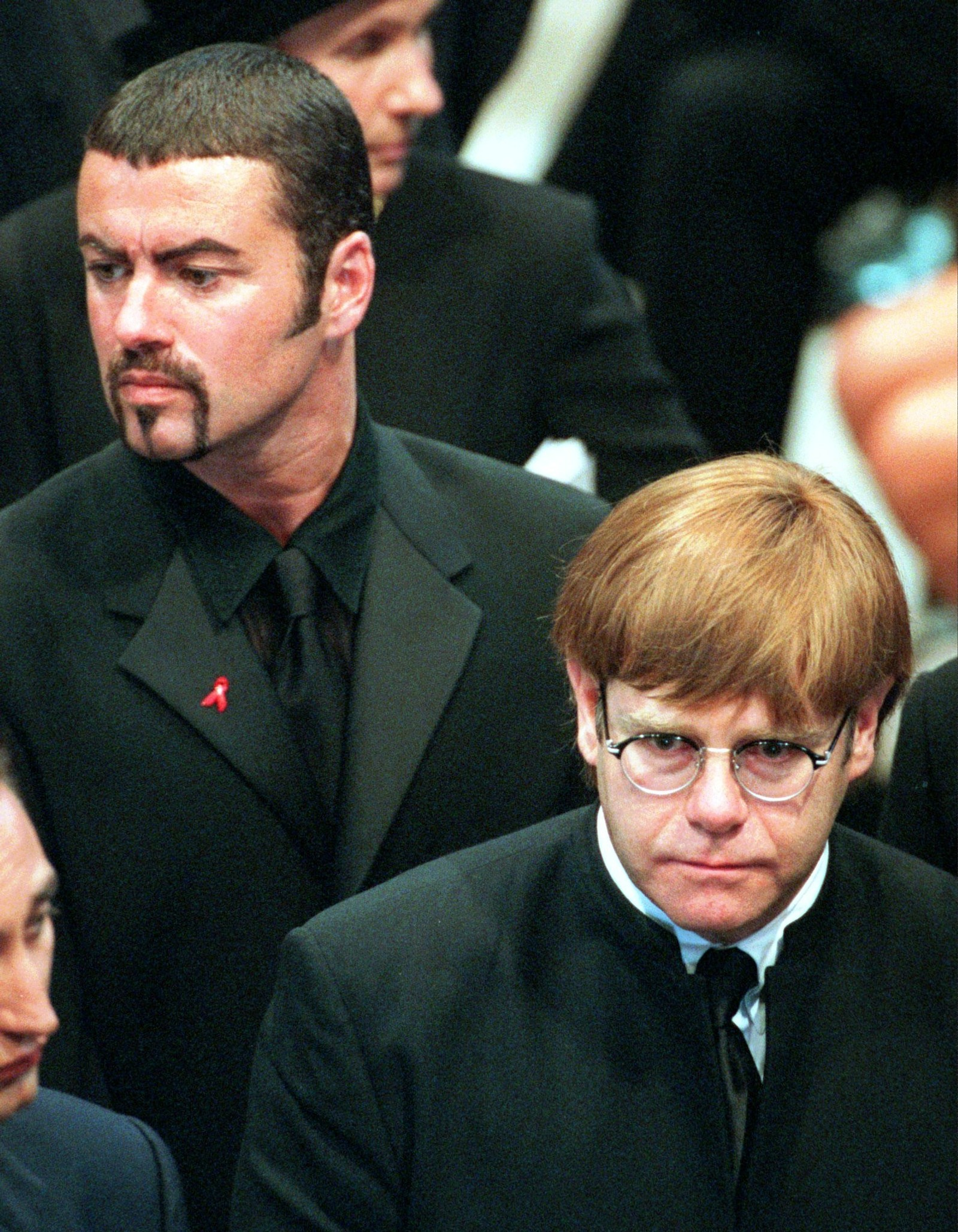 1997: George Michael og Elton John forlet Westminster Abbey etter at minneseremonien for prinsesse Diana er ferdig.