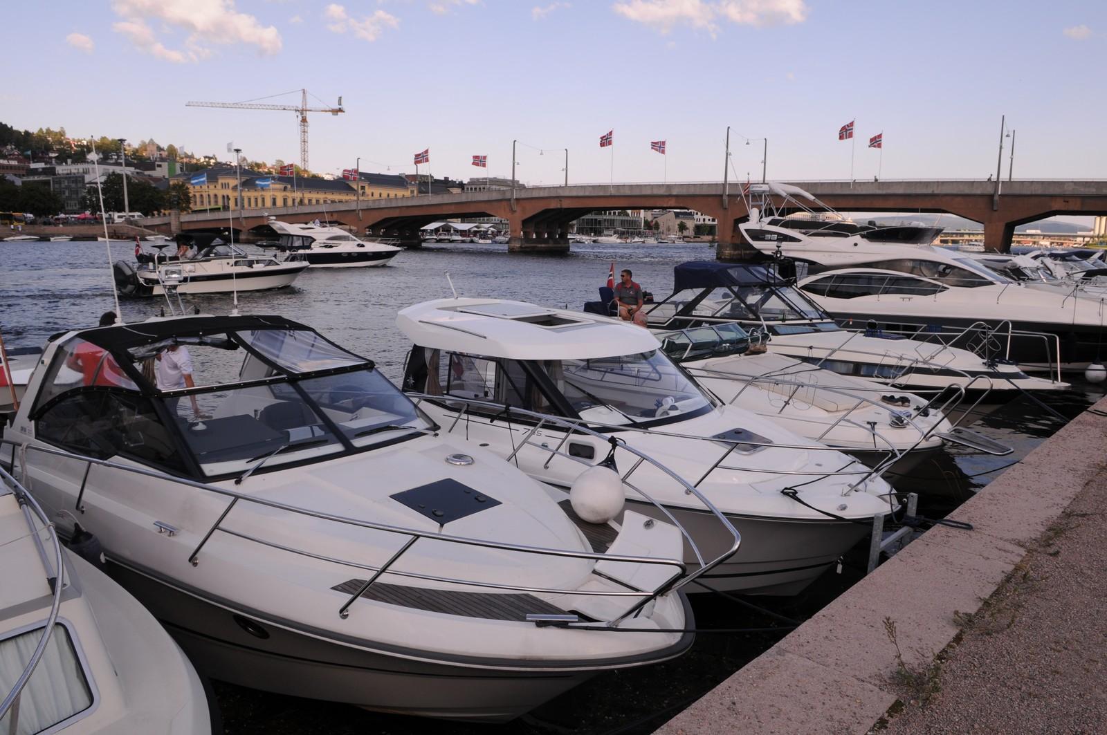 Bybrua med full båthavn
