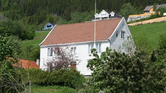 Dette huset i Thyvold-tunet er flytta frå Leikvin. Det tente som sorenskrivarbustad ein kort periode frå 1809. Foto: Ottar Starheim, NRK.