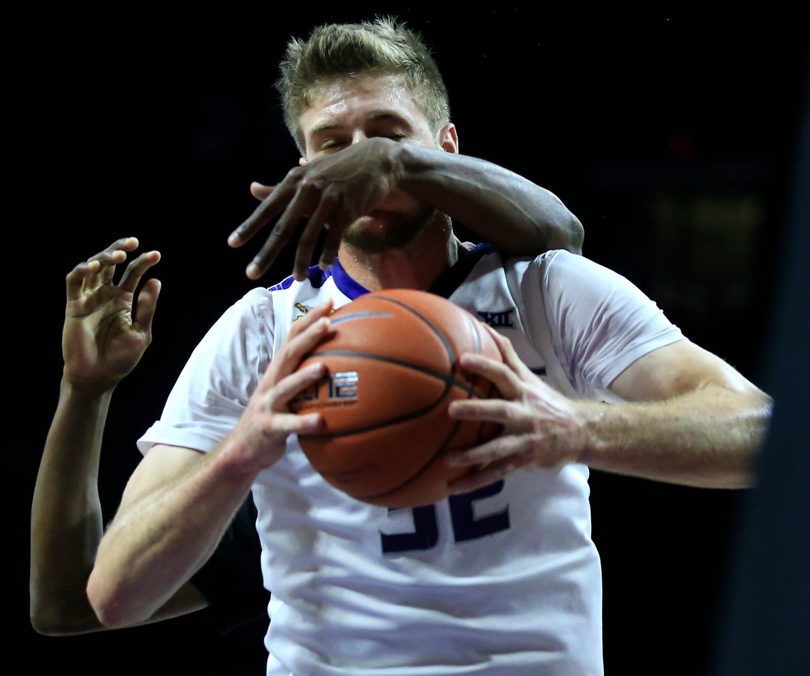 Et ekstra par med armer hadde sikkert vært fin for Kansas States Dean Wade, men vi kan røpe at motspiller Shay'rone Jett står bak de tilsynelatende frittgående armene.