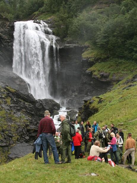 Frå den offisielle opninga av Breheimen nasjonalpark i 2009, ved Drivandefossen. Foto: Ole Ramshus Sælthun, NRK.