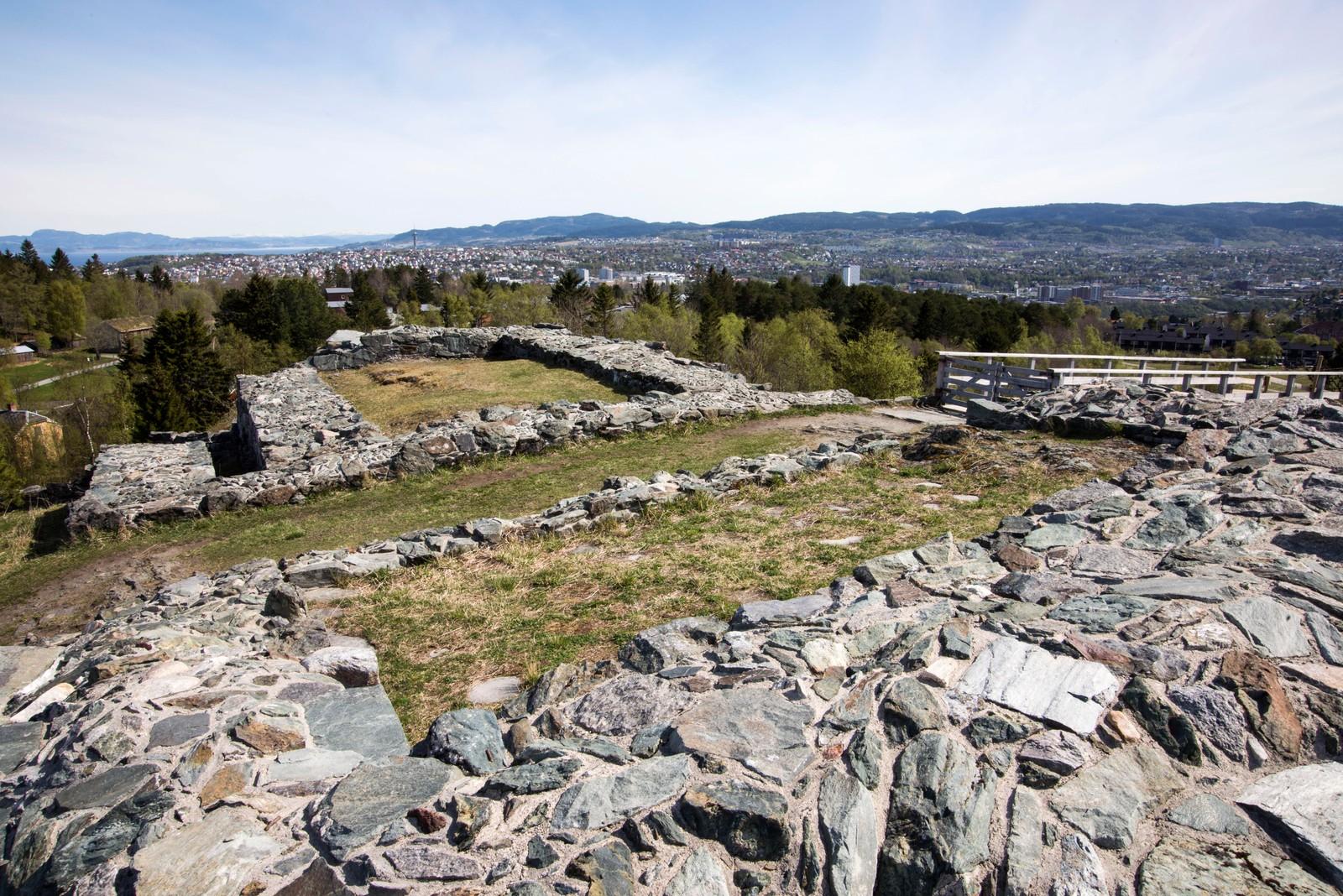 """Sverresborg Trøndelag Folkemuseum er bygd opp rundt ruinene av kong Sverres borg, Sion. Den var landets første borg med en stor ringmur av stein omkring, en såkalt """"ringborg"""", og bygd i 1182-83. Kong Sverre var leder for birkebeinerne, og som konge gjennom 25 år satte han betydelige spor etter seg. Blant annet la han grunnlaget for en ny kongeætt, Sverreætten, som regjerte fram til unionen med Danmark. Ættens våpenskjold er utgangspunkt for Norges riksvåpen, en løve i gull på rød bunn."""