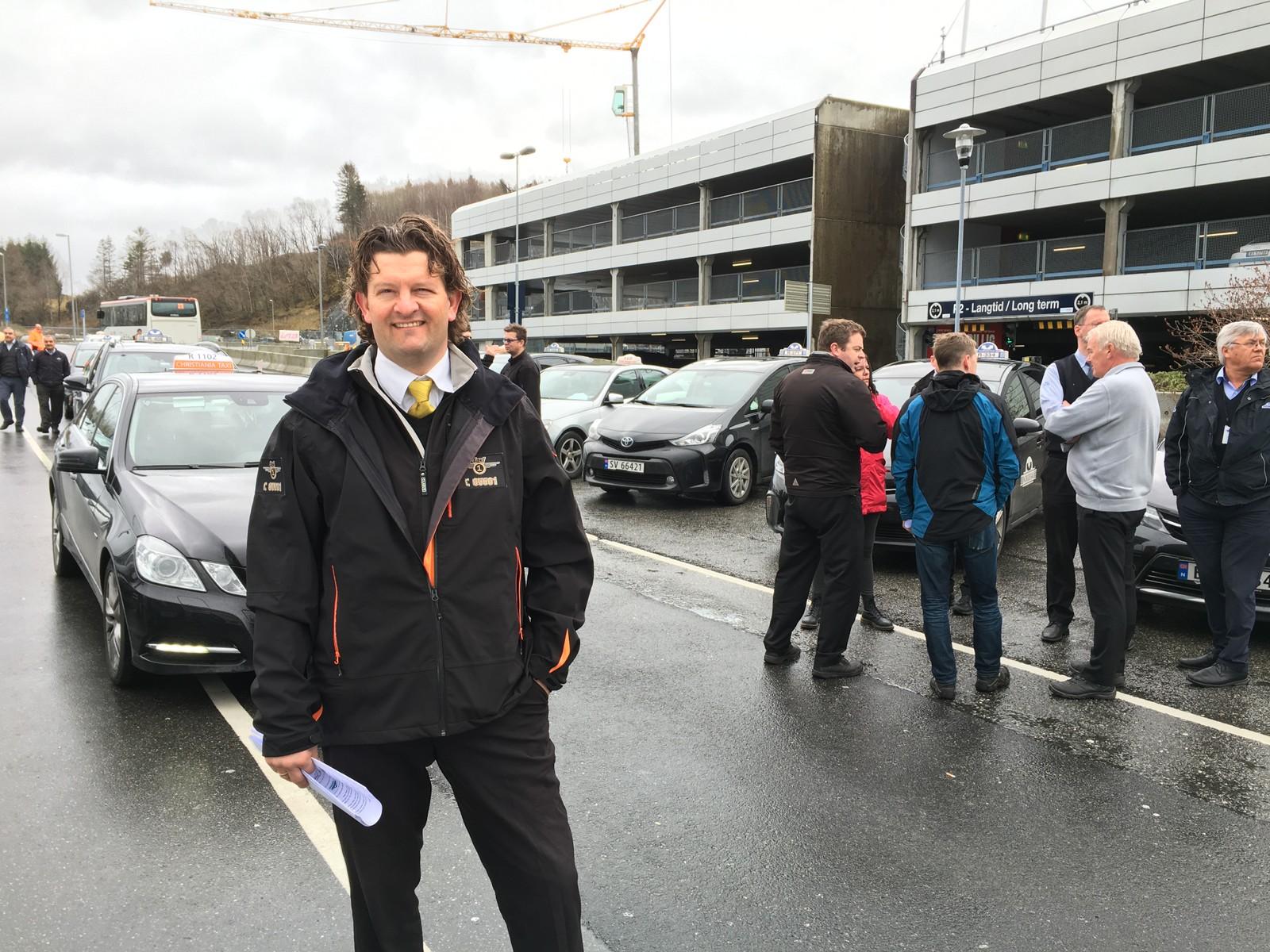 KLAR TIL KAMP: Robert Aasmul i Taxi 1 tror det vil være få drosjer på Flesland i ettermiddag. - Drosjenæringen står samlet, sier han.