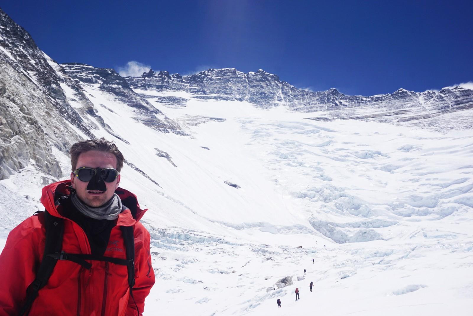 Lhotse-veggen i bakgrunnen. Camp 3 ligger midt i bakken. Camp 4 ligger over toppen rett over hodet til Torkjel. Torkjel er 28 år, og den yngste nordmann som har nådd toppen av Mount Everest.