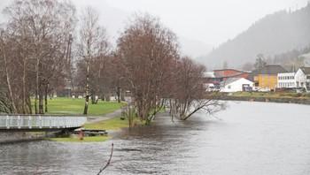 Parken halvvegs under vatn