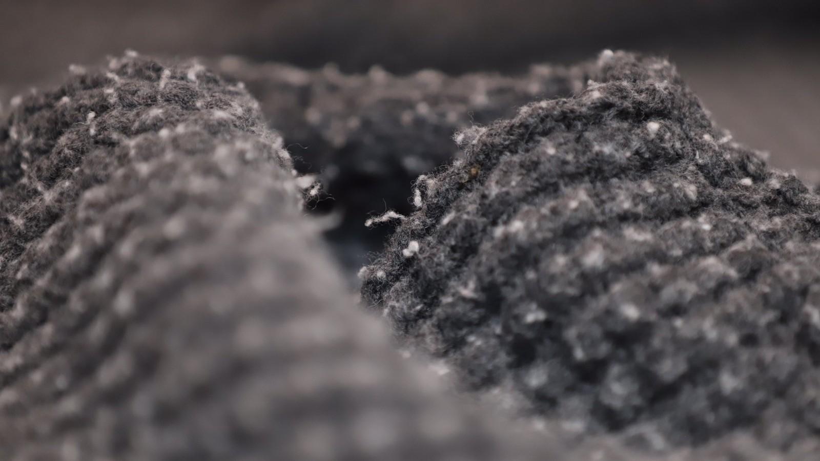 Nærbilde av genseren, fylt av små, lyse nupper.