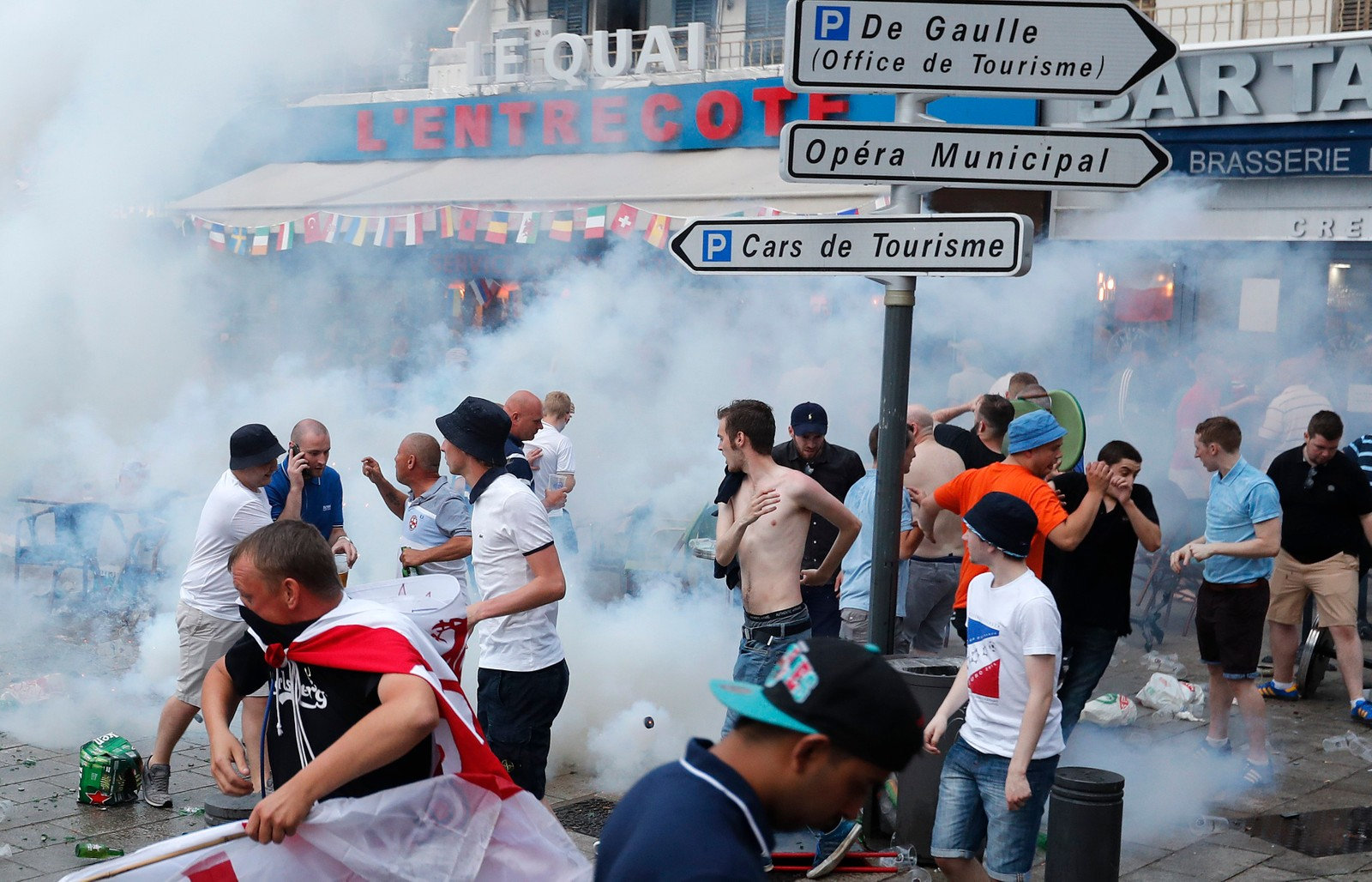 Politiet har brukt tåregass mot engleske supportere tre dager på rad.