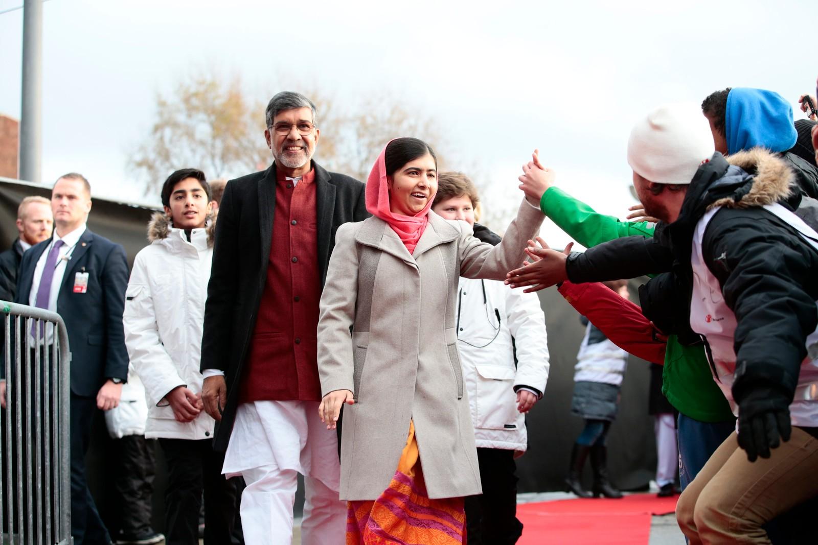 SLÅ DEN: Fredsprisvinnerne Malala Yousafzai og Kailash Satyarthi møter flere tusen skolebarn under Redd Barnas fredsprisfest utenfor Nobels Fredssenter i Oslo onsdag formiddag.