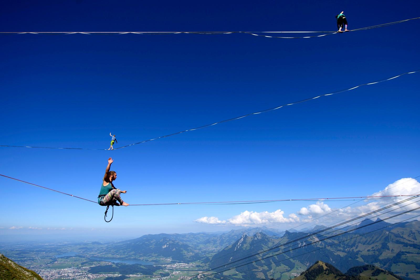 Profesjonelle fjellklatrere går på line under et arrangement kalt Highline Extreme på fjellet Moléson 2000 meter over havet i de sveitsiske alper nær Fribourg. 25 personer konkurrerer på åtte forskjellige liner som er fra 45 meter til 495 meter lange. Bildet er tatt den 8. september.