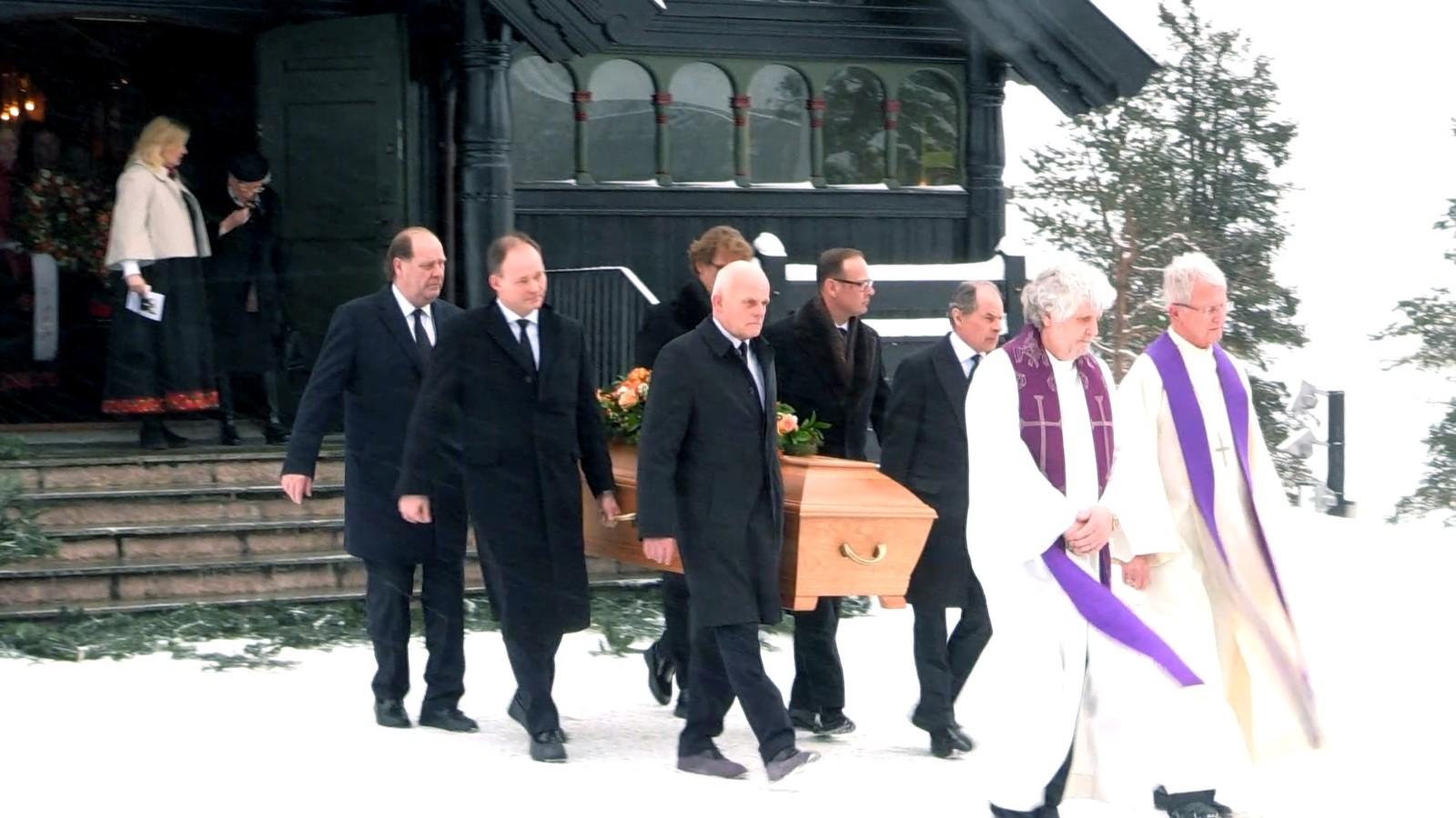 MISTA EKTEMANNEN: I 2015 gjekk Johan Martin Ferner bort. Prinsesse Astrid tok farvel med sin ektemann i Holmekollen kapell. Sønene Carl-Christian Ferner og Alexander Ferner var med og bar kista ut av kyrkja.