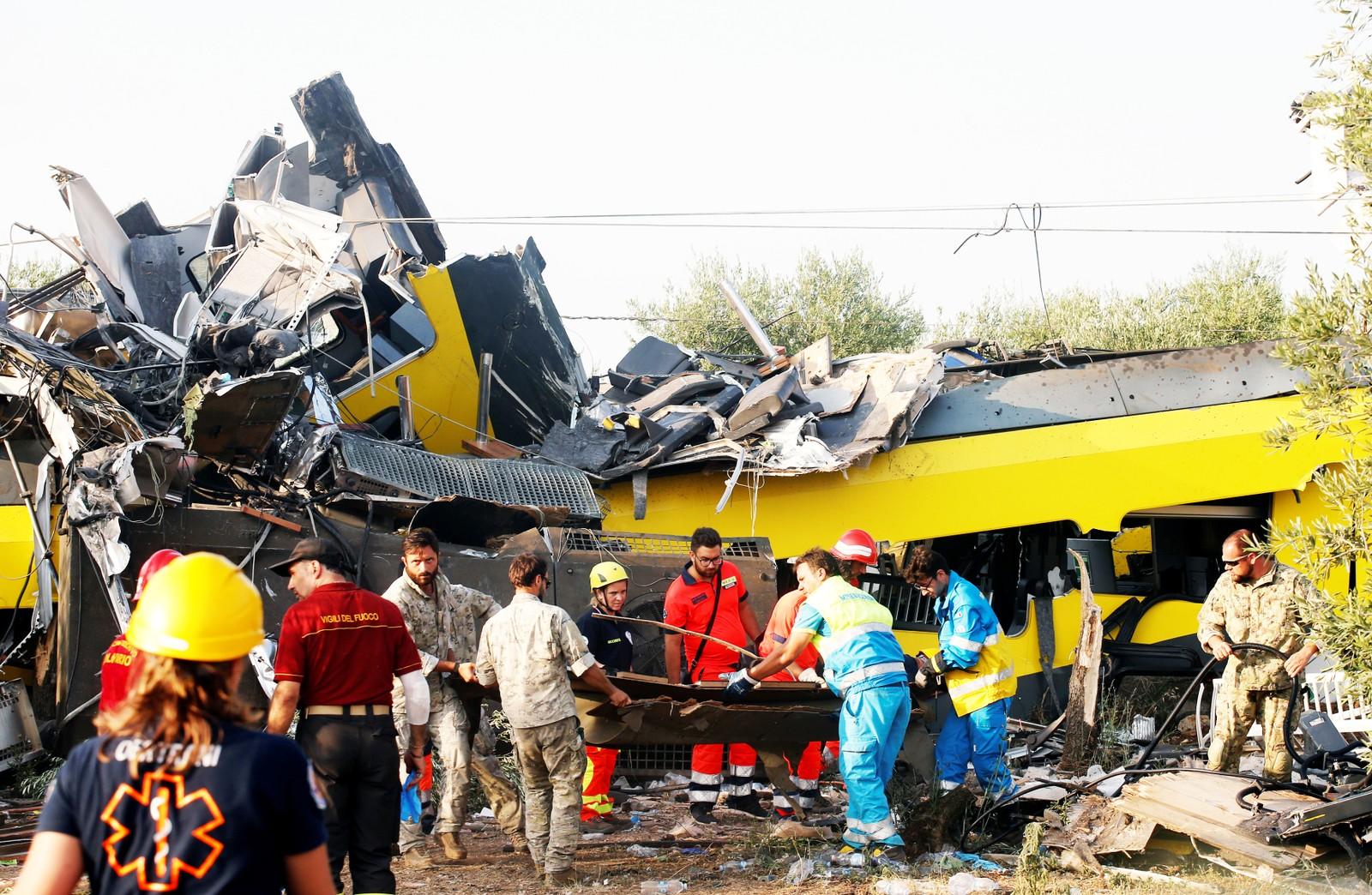 Redningsarbeid etter togulykke ved Bari i Italia
