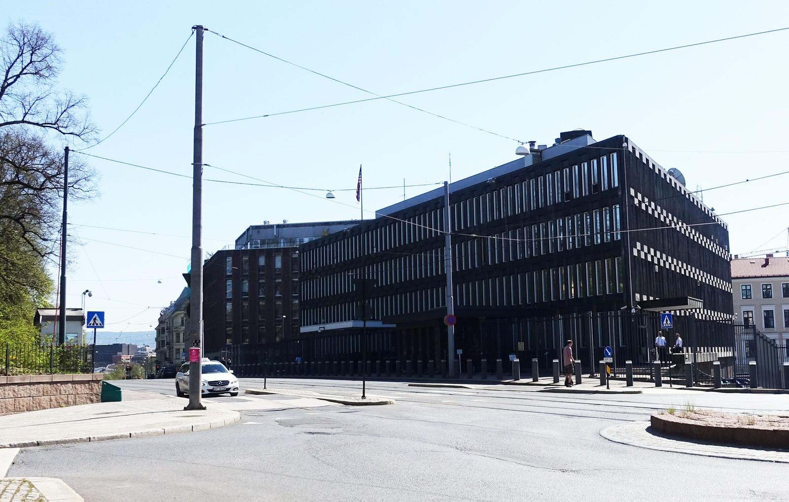 Eero Saarinen var opptatt av at bygget skulle passe inn i omgivelsene. Derfor ble det bygget i kun fire etasjer. Fasaden speilet trærne i slottsparken. Den mørke kunststenen som er brukt skulle symbolisere en mann i kjole og hvitt. Saarinen ville at USA skulle fremstå som en gentleman i området.