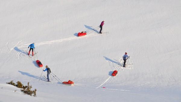 Voksne damer på tur med pulk og telt - Foto: Helle Andresen