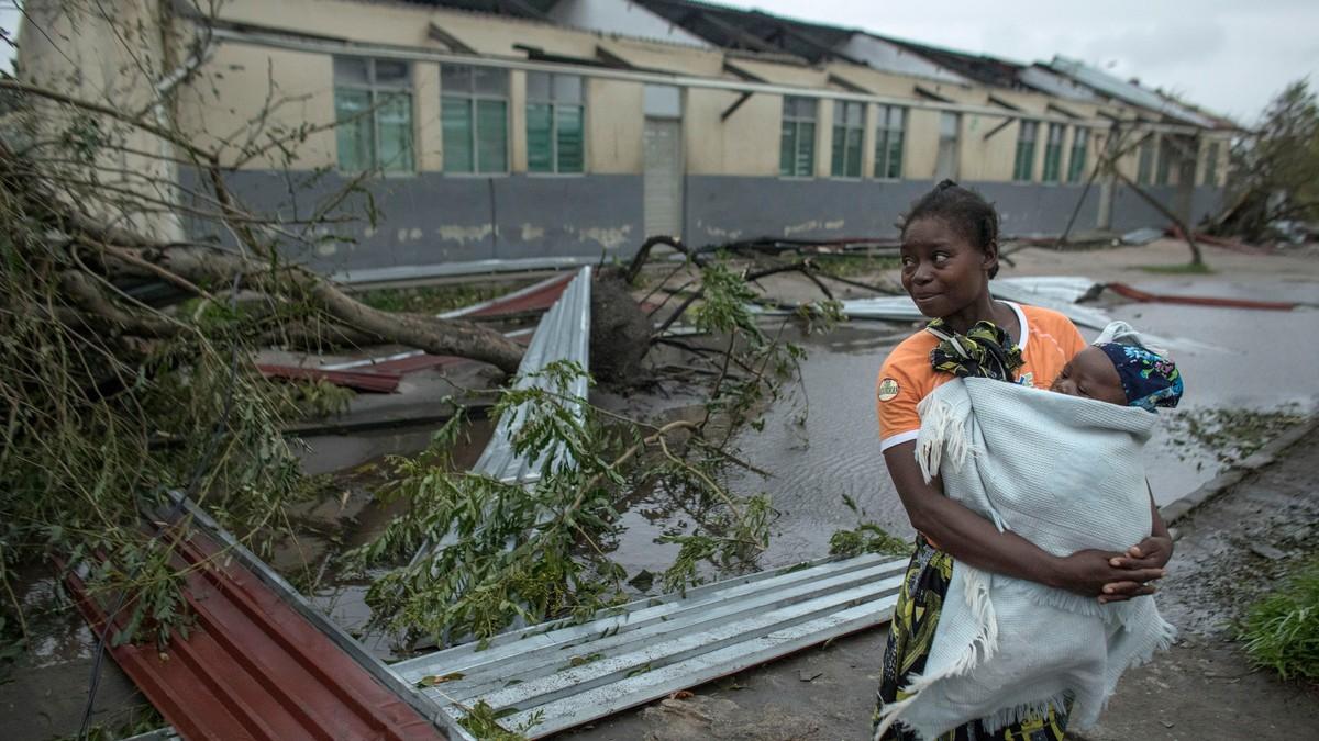 FORLOT ALT: Flere tusen mennesker flyktet til mer solide bygninger nå vinden begynte å ta seg opp. Syklonen har berørt over én million mennesker.