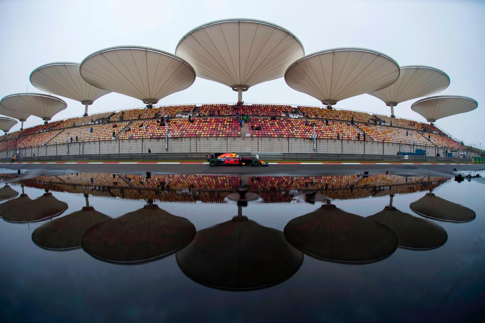 Den australske Formel 1-føreren Daniel Ricciardo tester bilen og banen i Shanghai.