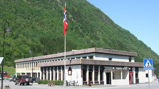 Vik kommunehus vart bygt i 1959. Foto: Ottar Starheim, NRK.