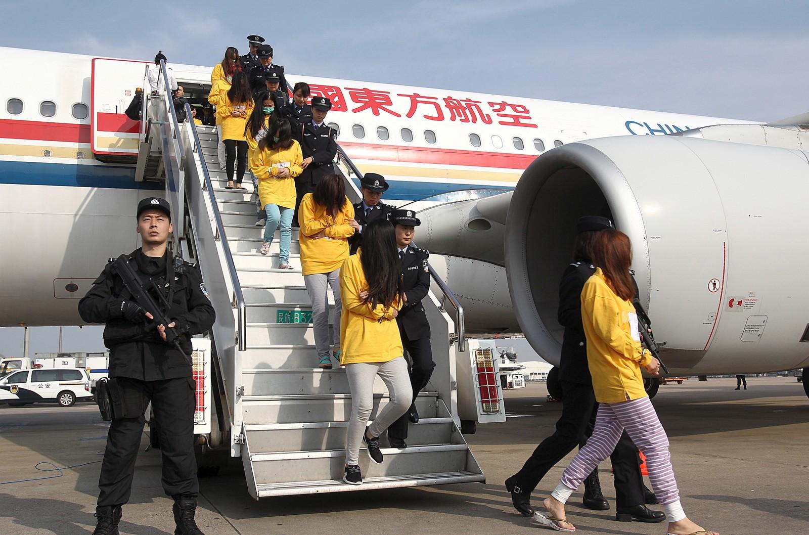 Rundt 254 mistenkte i en stor telesvindelsak ble tirsdag fraktet til Shanghai i fire chartrede fly fra Jakarta og Phnom Penh. De mistenkte skal ha svindlet til seg penger ved å gi seg ut for å være ansatte i mobilselskaper som China Unicom og China Mobile og banker som Bank of Shanghai og Commercial Bank of China.