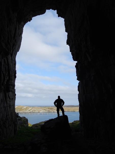 FØRSTE MENNESKE? Kanskje bodde de første nordlendingene på Sanna i Træna. Dette eksemplaret, fotografert i Kirkhellaren, er dog av nyere dato. Foto: Billy Jacobsen / NRK 2009