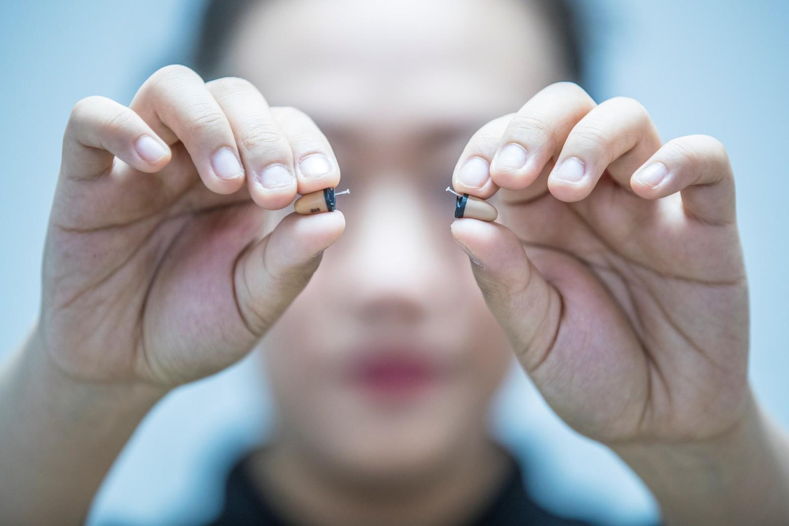 Disse ørepluggene skal ha blitt brukt i forbindelse med eksamensjuks i Kina. Nå blir de vist fram til skrekk og advarsel.