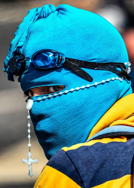 Demonstrasjonene fortsetter i Caracas i Venezuela. Det ser ut som om denne demonstranten er forberedt på litt av hvert.