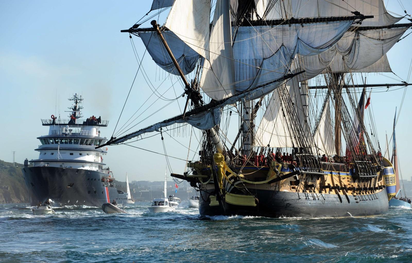 En replika av båten Hermione forlater havna i Brest, Frankrike. I 1780 ble general Lafayette transportert med den originale båten for å slå ned det amerikanske opprøret.