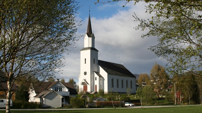 Naustdal kyrkje. Foto: Ottar Starheim, NRK.