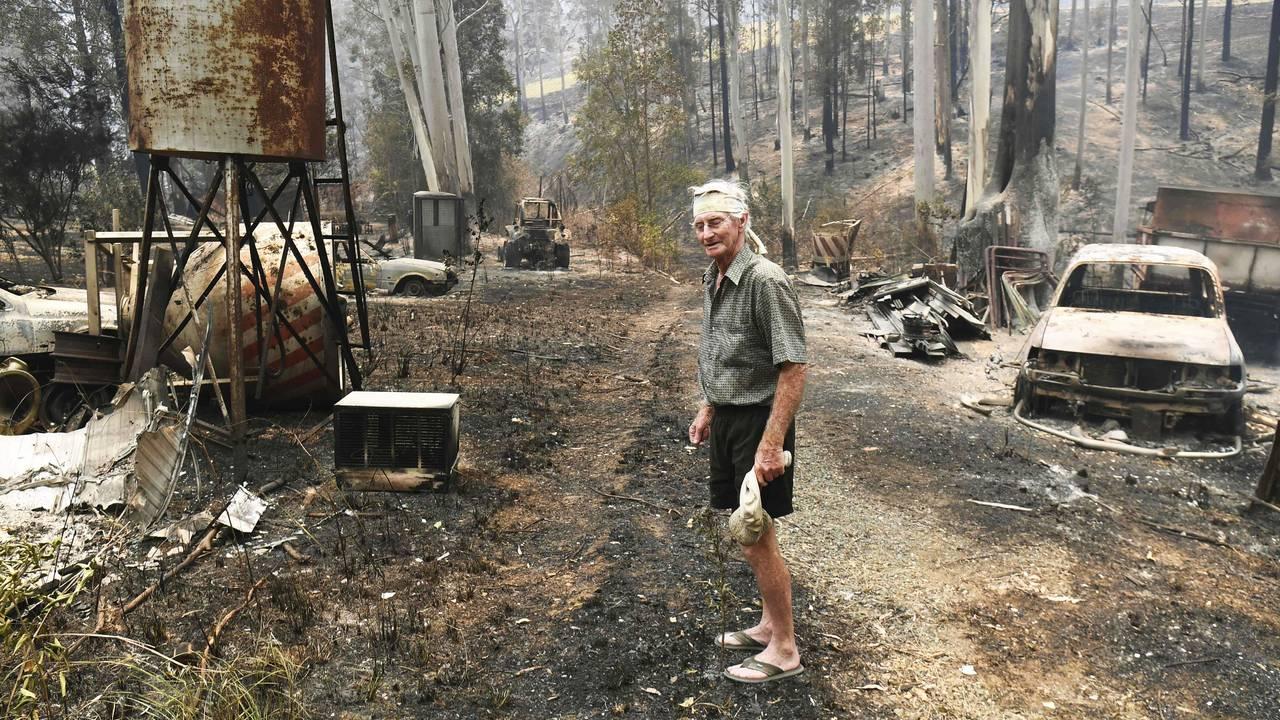 Rick Wright ser på skadene etter skogbranner har ødelagt huset hans i Nabiac, rundt 350 kilometer nord for Sydney.