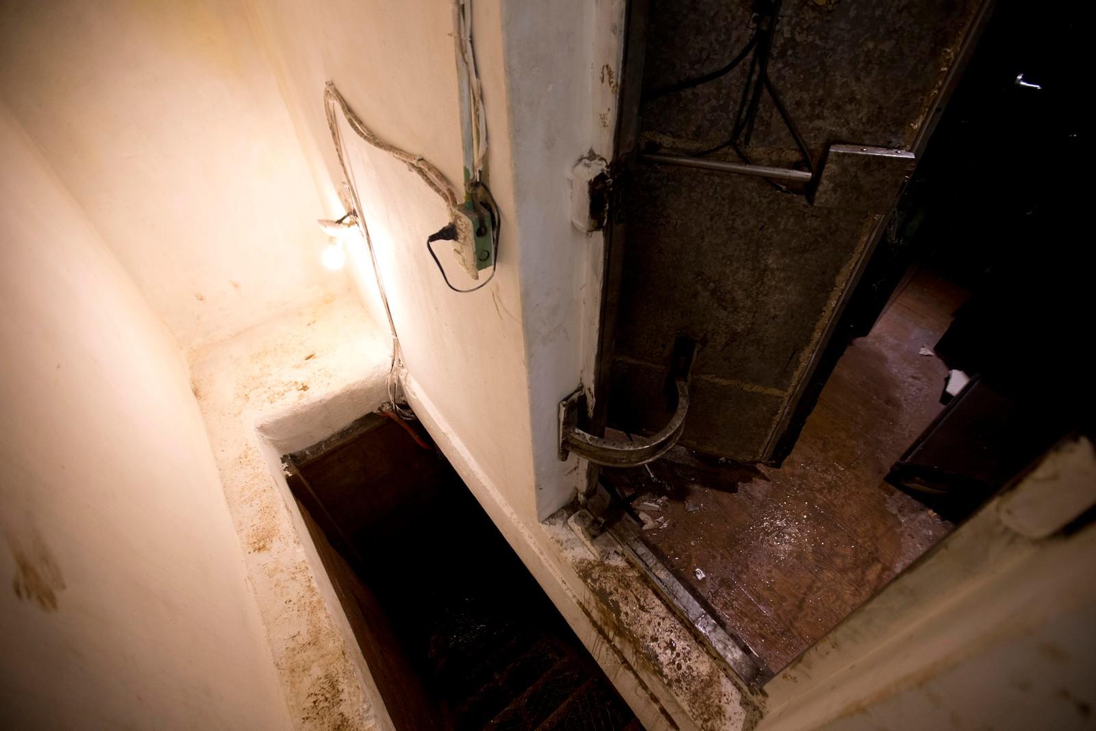 En luke i gulvet ledet ned til en tunnel under huset.