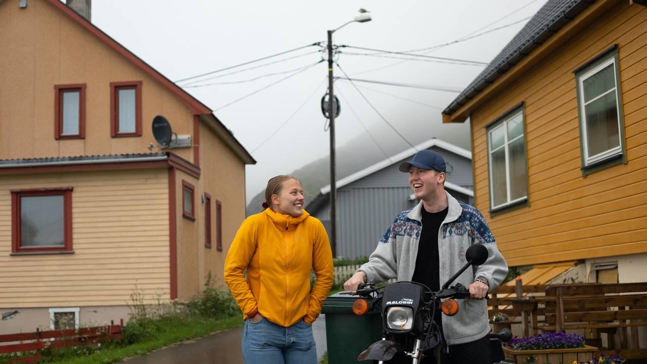 Liisa Silvia Hansen og Daniel Pedersen vil gjerne tilbake til Sørvær på Sørøya.