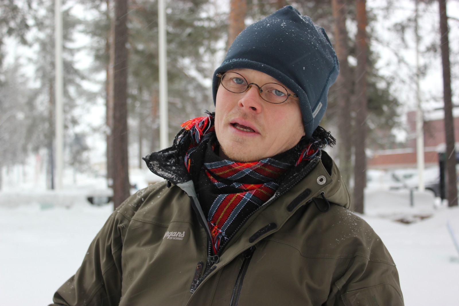 Operasanger Ánndaris Rimpi ved GöteborgsOperan pleier å feire samenes nasjonaldag hjemme i Göteborg ved å ta ta på seg kofta, spise reinkjøtt og synge den samiske nasjonalsangen. I år er han for første gang i Jokkmokk under vintermarkedet. Nasjonaldagen feirer han ved å synge den samiske nasjonalsangen på lulesamisk for oss og ved å delta på fellesarrangementet.
