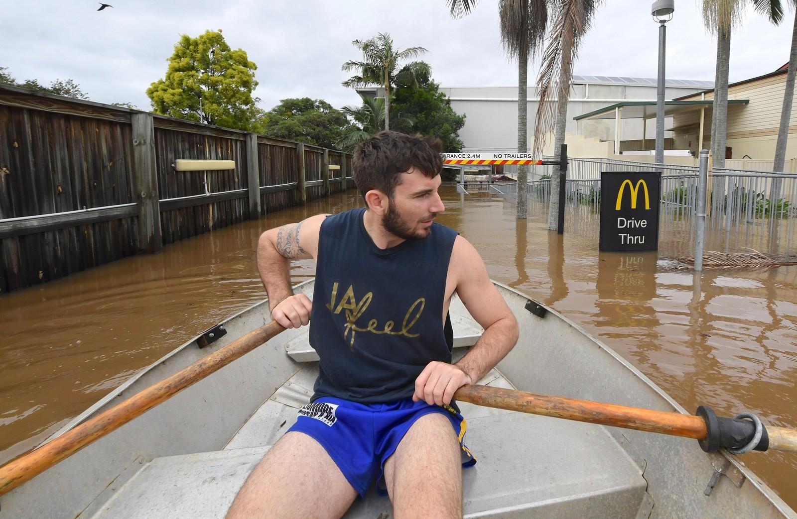 Lennon Bartlett tok med seg nyhetsbyrået AAP rundt gatene i Lismore i New South Wales i en robåt.