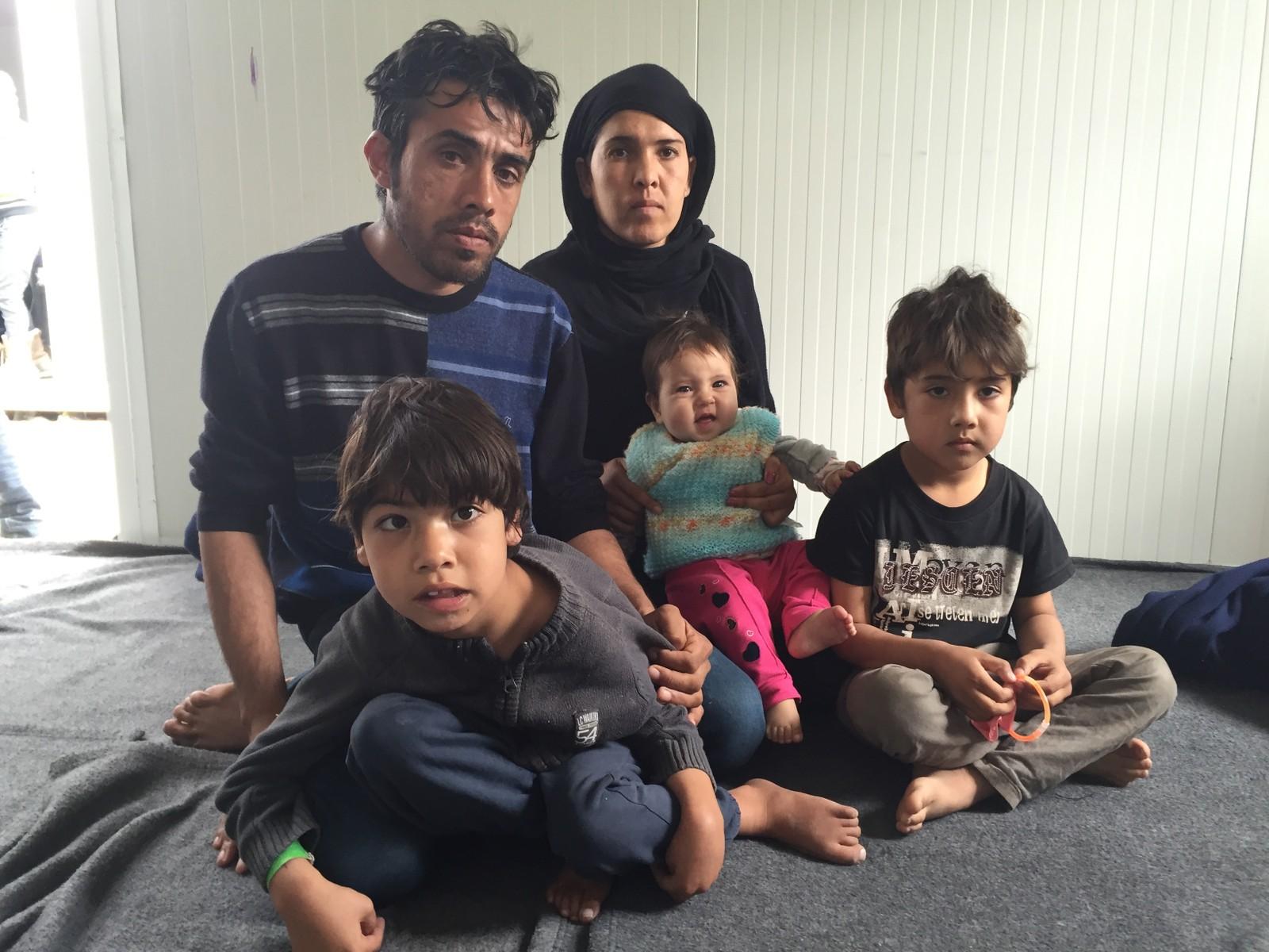 Afghanske Marouf Karibi sammen med sin kone og tre barn på 7 måneder, 5 år og 10 år. Familien ankom Hellas ni dager etter avtalen mellom Tyrkia og EU. De er sjokkerte over at de må være innesperret i Vial-leiren mens myndighetene behandler asylsøknaden deres.