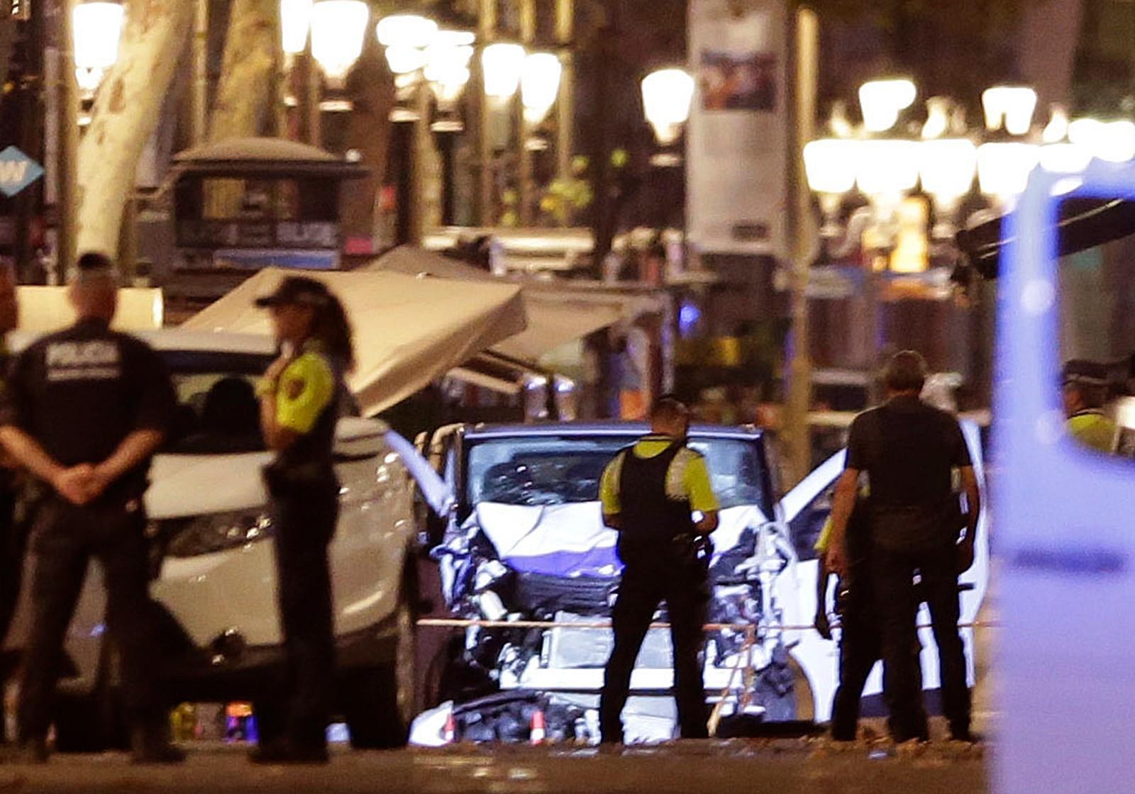 DETTE ER BILEN: Politifolk står ved varebilen som kjørte ned mennesker på Las Ramblas i Barcelona.