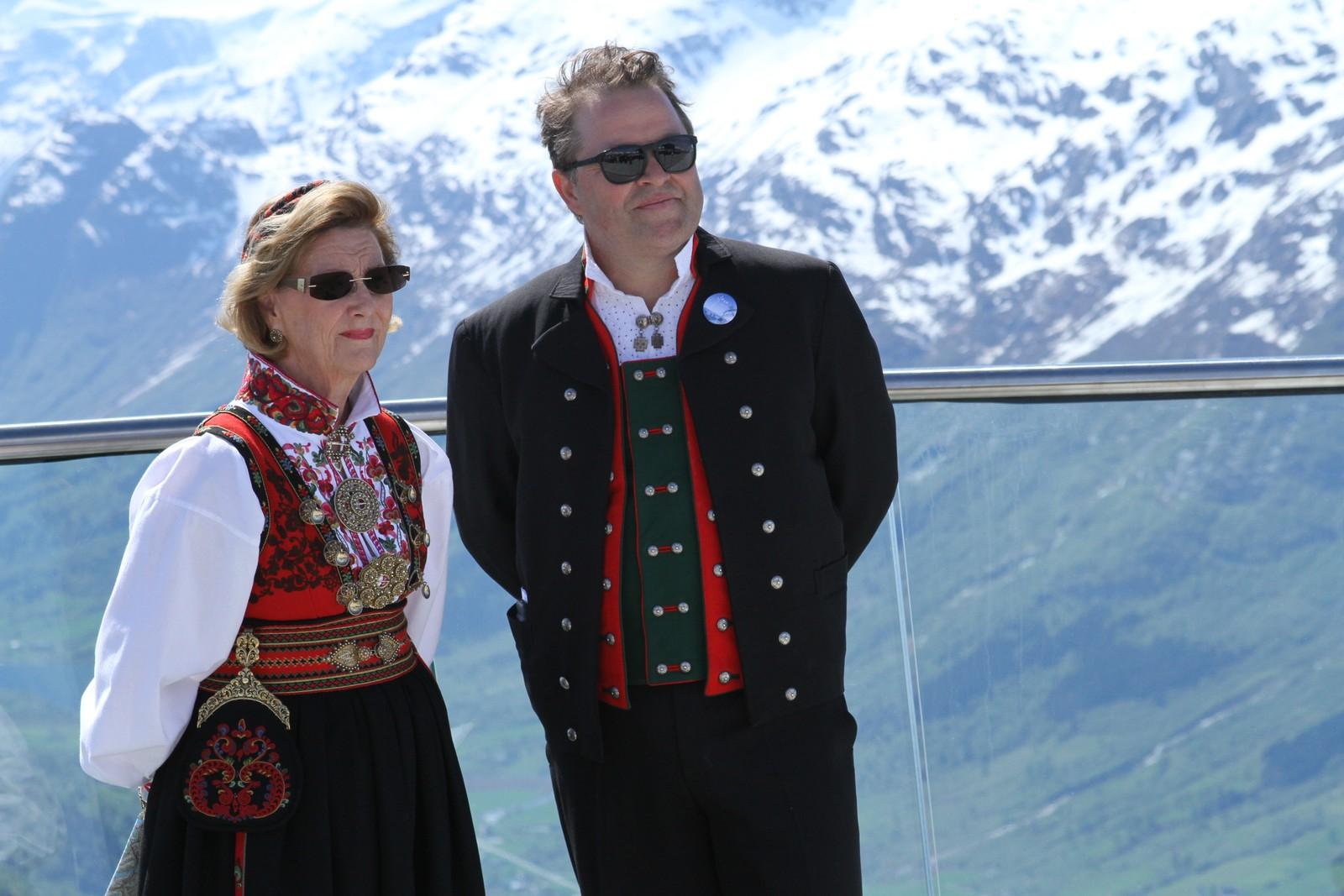 Arne Hjeltnes intervjua dronninga om dei mange fjellturane ho har gått i Nordfjord-området.