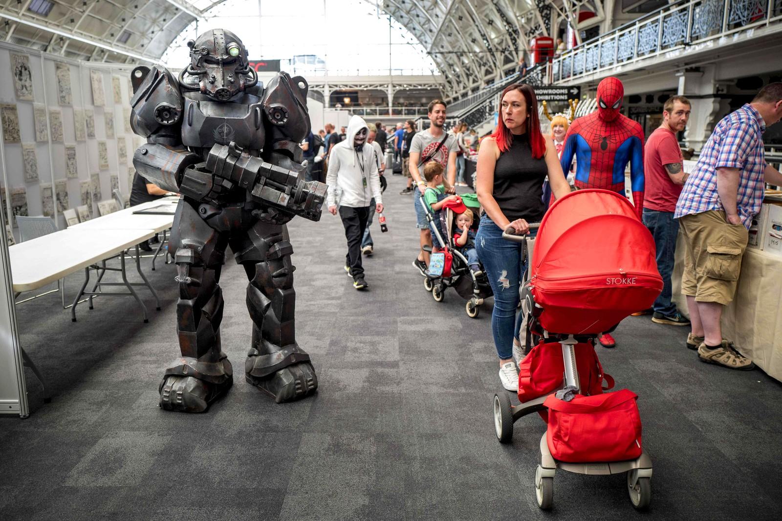 En cosplayer har kledd seg i såkalt Power Armor fra spillserien Fallout på London Super Comic Convention.