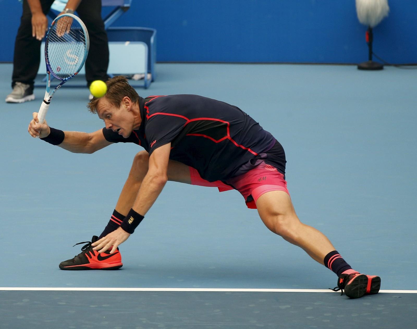 Tsjekkiske Tomas Berdych hadde problemer med å treffe denne ballen da han møtte Pablo Cuevas fra Uruguay under China Open denne uka.