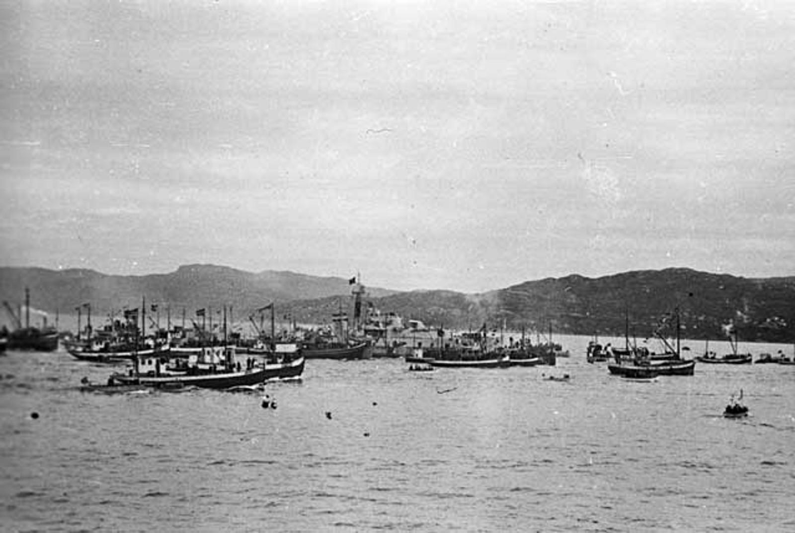 """MOTTAKELSE PÅ BYFJORDEN: Jageren """"Stord"""" blir mottatt på Byfjorden av et stort antall lokale båter."""