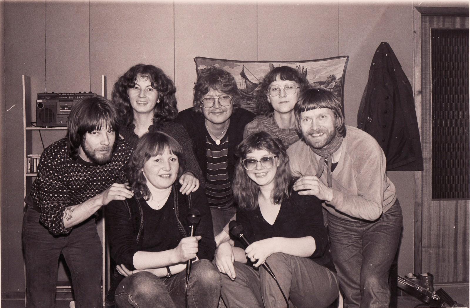 Mari Boine var medlem av sanggruppen «Báktegája» da hun bodde i Porsanger på 1980-tallet. På bildet finner du Mari sittende nederst til høyre (med briller).