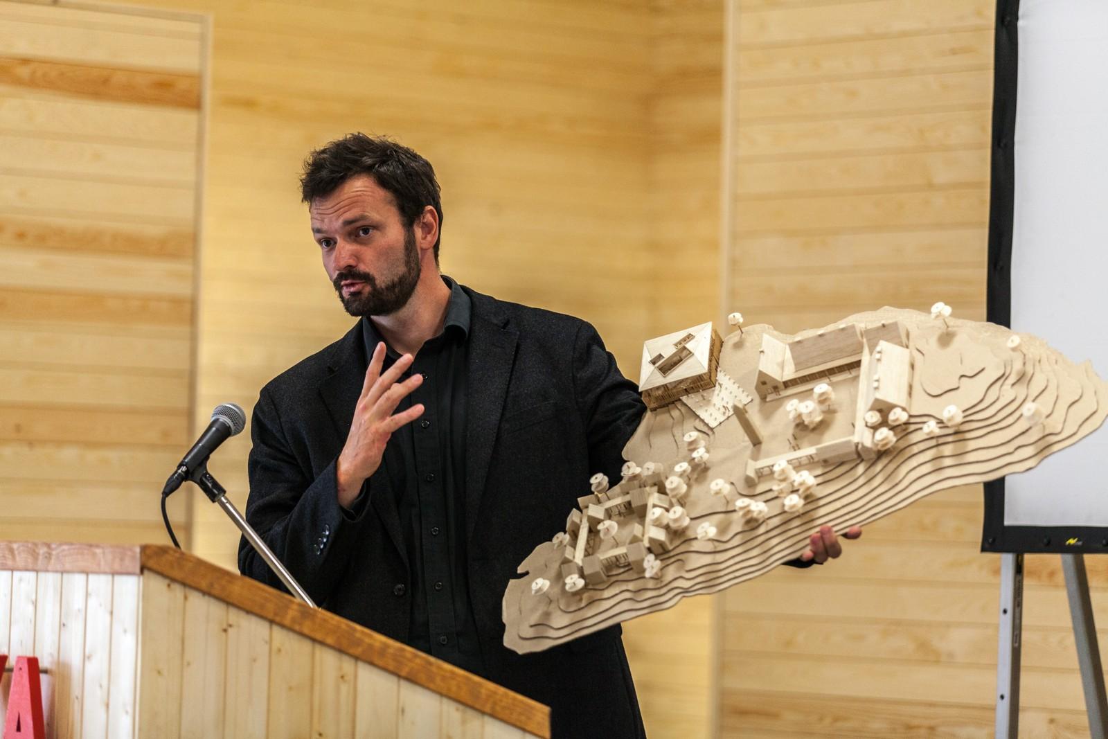 Arkitekt Erlend Blakstad Haffner viser fram en modell av nye Utøya.