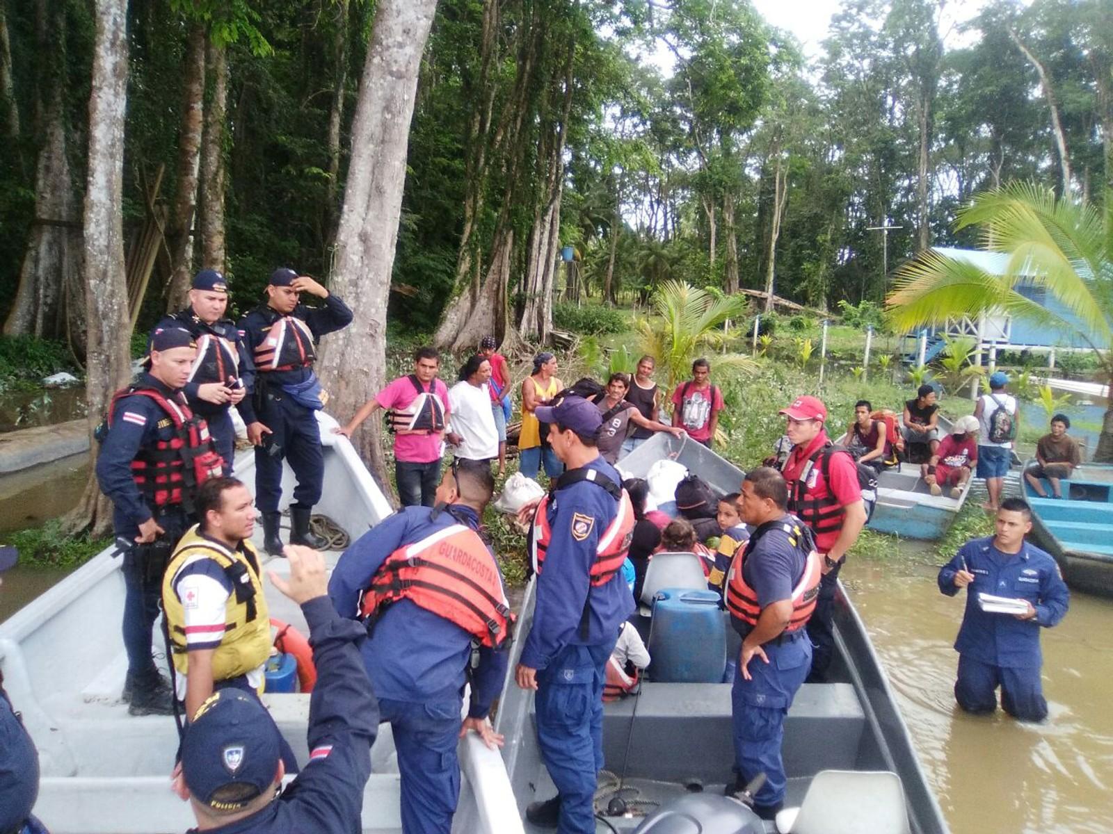 Politi og personell frå styresmaktene gjer seg klar til å bistå i evakueringsarbeidet før orkanen.