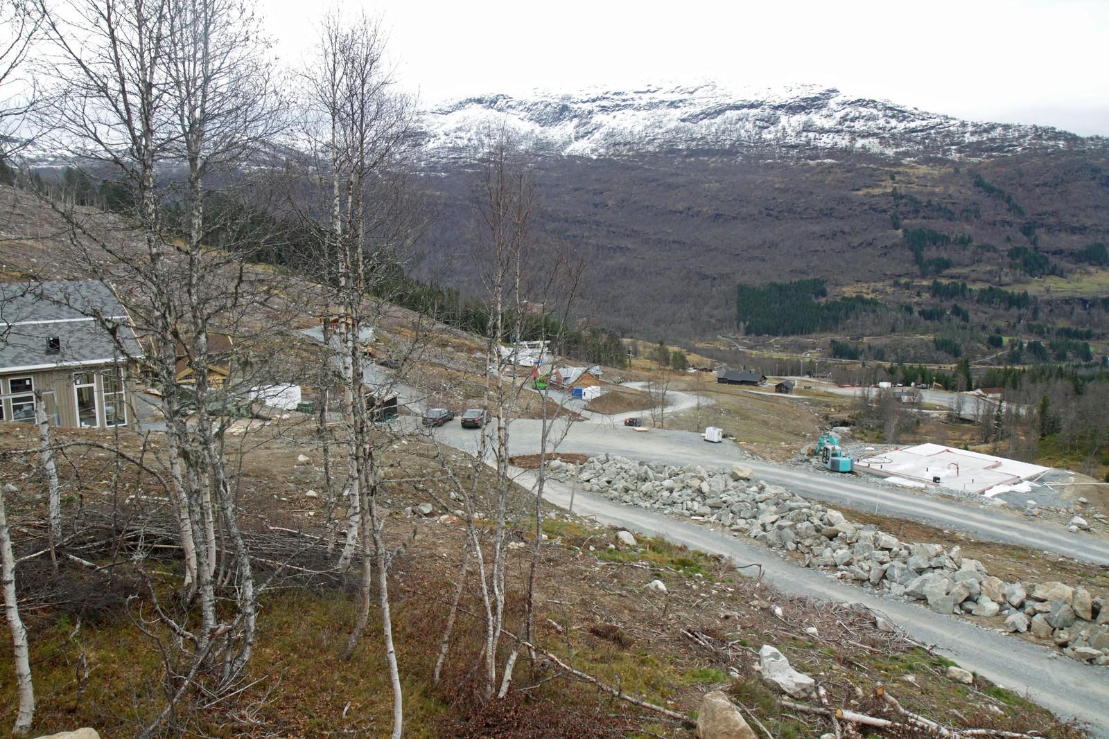 HODLEKVE: Storstilt utbygging av skisenteret i Hodlekve med planar om 500 hytter, heisar og gondolbane. Investeringane er sagt å kunne kome opp i to milliardar, men det er langt fram i tid. Førebels er over seksti tomter selde, rundt tjue hytter er bygde, i tillegg er det kome på plass to nye skiheisar.