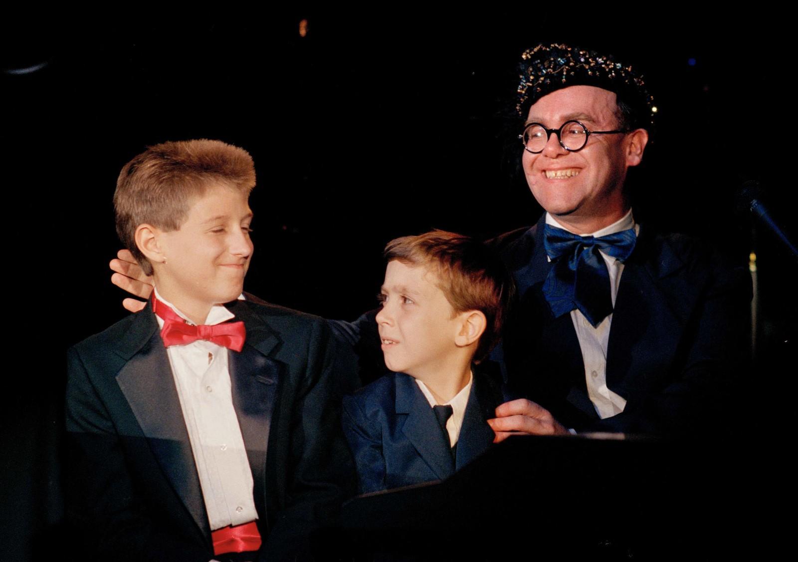 1988: Elton John saman med Ryan White (t.v.) og Jason Robertson, begge ramma av AIDS. I 1992 oppretta Elton John sitt Aids-fond etter at hans nære venn Ryan White døde av AIDS. Alle inntekter frå sal av singler går til dette fondet.