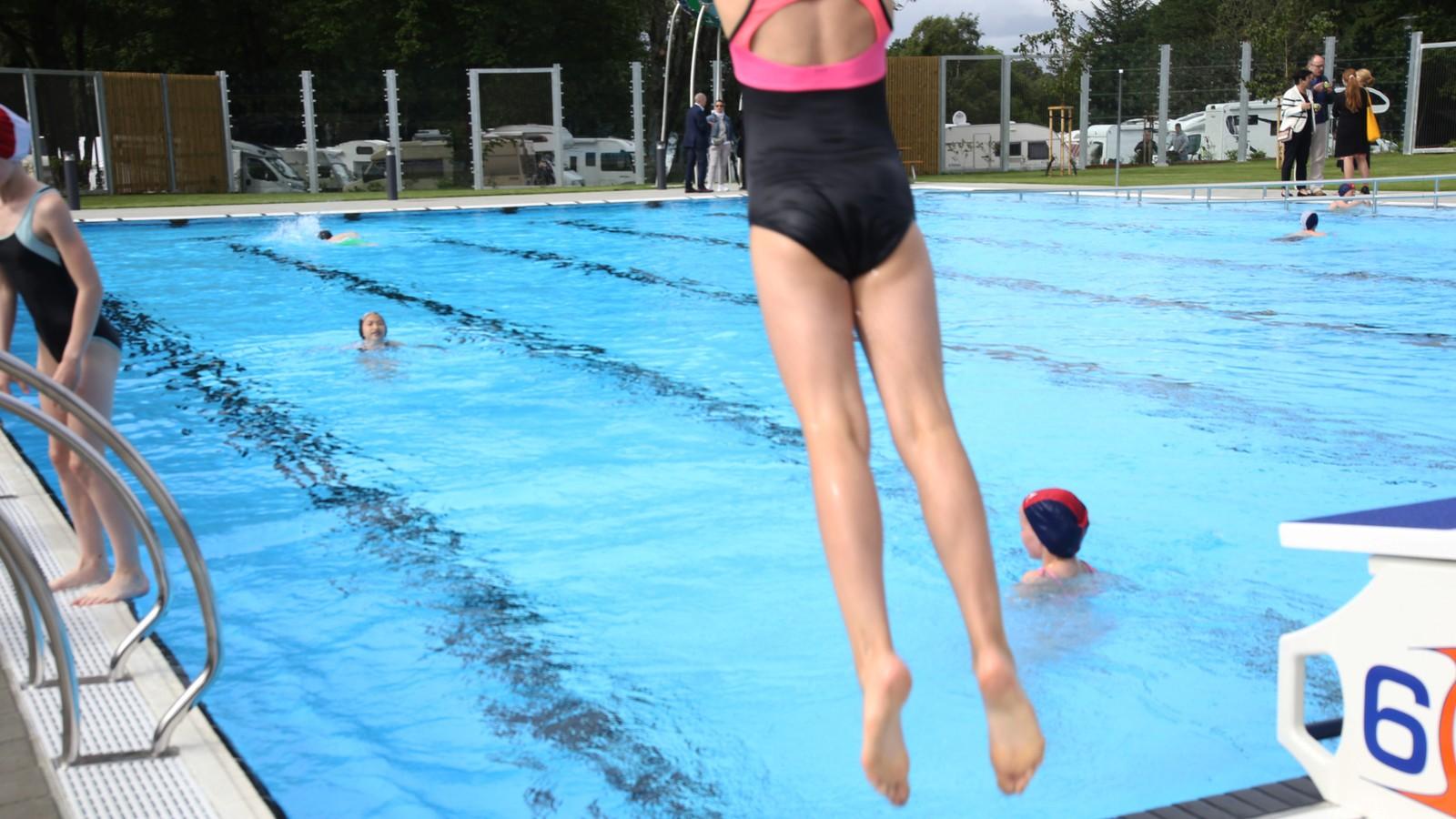 50 elever fra Tjensvoll skole fikk æren av å innvie det flunkende nye 25 meter lange bassenget på nye Gamlingen.