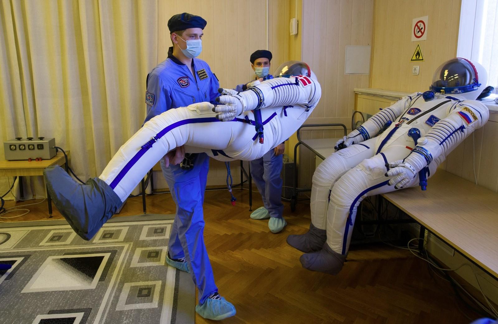 Her klargjøres romdrakter til astronauter som skal reise til den internasjonale romstasjonen ISS. Russerne Aydyn Aimbetov og Sergei Volkov, samt danske Andreas Mogensen skal etter planen forlate jorden 2. september.