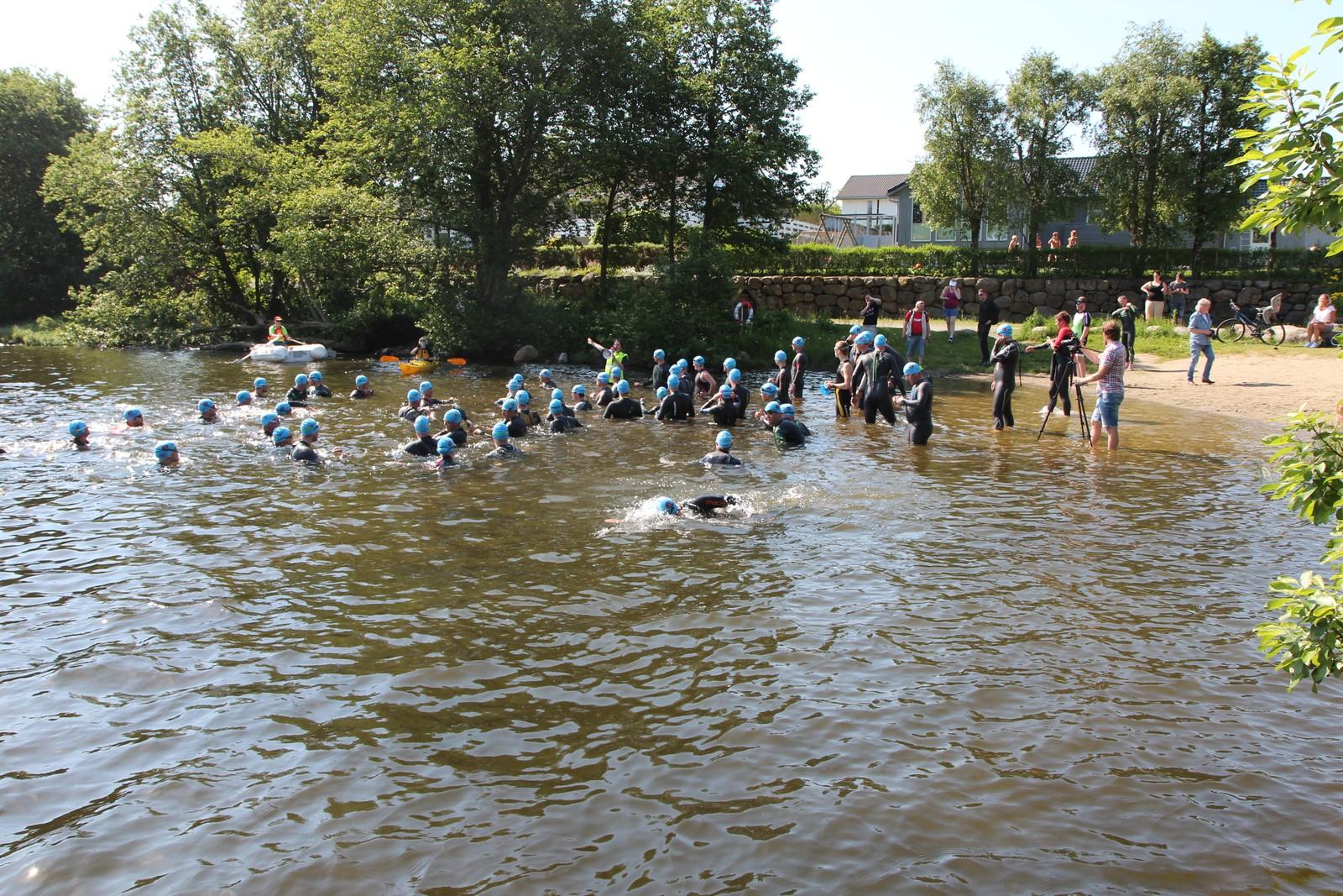 Første øvelse var svømming i Eivindholstjødna