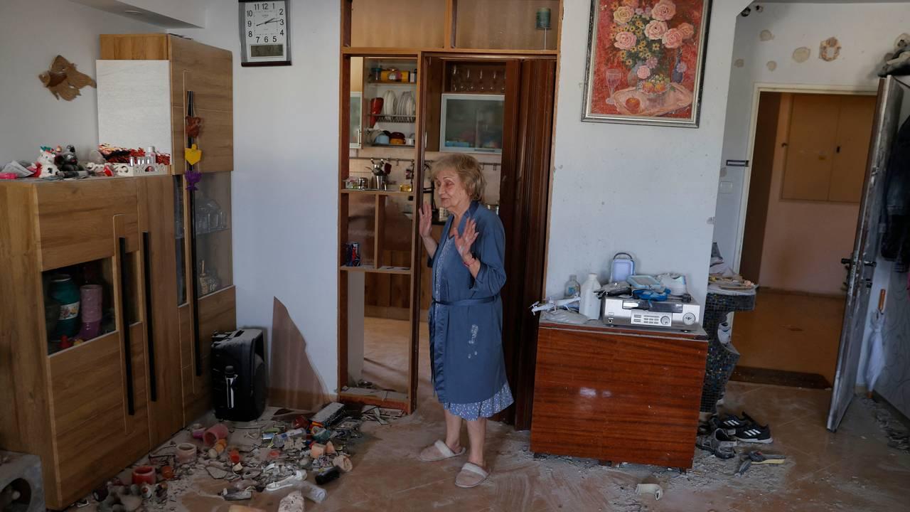 En israelsk eldre kvinne ser på leiligheten sin etter at en rakett avfyrt fra Gazastripen traff bygningen.